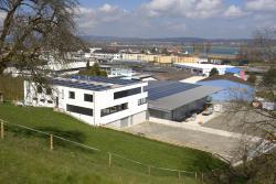 Südansicht des PlusEnergieBaus Kunz mit den 142-kW-PV-Anlagen, die rund 114'800 kWh/a produzieren. Damit wird eine 204%-Eigenenergieversorgung erreicht.