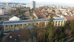 Die Communauté d'Emmaus im Herzen der Stadt Carouge/GE mit der 178 kW starken Ost-West-Anlage. Sie produziert 161'700 kWh/a Solarstrom.