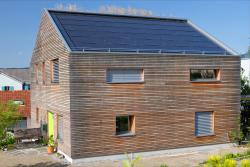 Haus mit Holzfassade und Solardach