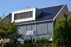 Gebäude mit modernem Erker und Solardach