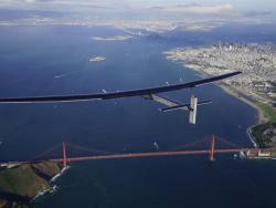 Solar Impulse 2 am 24. April über San Francisco bei der 9. von insgesamt 17 Etappen. Während der Weltumrundung wurden 8 Weltrekorde gebrochen.