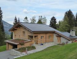 Südansicht des sanierten PEB-EFH. Die 22.6 kW starke PV-Anlage ist perfekt ganzflächig in das Ost-West-Dach integriert und produziert 18'900 kWh/a.