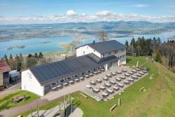 Südwestansicht des Berggasthauses in Feusisberg mit einer vollflächig first-, trauf- und seitenbündig integrierten 44-kWp-PV-Anlage, die insgesamt 35'800 kWh/a erzeugt.