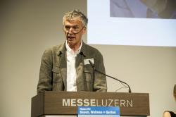 Le prof. Marc H. Collomb le 3 octobre 2014, à Lucerne, remettant pour la dernière fois le Prix Solaire Suisse en tant que président du jury.