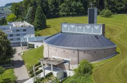 Die 46 kW starke PV-Anlage wurde perfekt in das Kirchendach der Abtei St. Otmarsberg integriert und deckt 34% des Gesamtenergiebedarfs der Kirche.