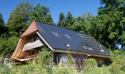Das sanierte Bauernhaus in Madiswil/BE zeichnet sich durch die ansprechende, ganzflächig sehr gut integrierte Solaranlage aus. Sie deckt den Gesamtenergiebedarf zu 157%, ohne den Charme des historischen Bauwerkes zu beeinträchtigen, und wertet das Ortsbild zukunftsweisend auf.