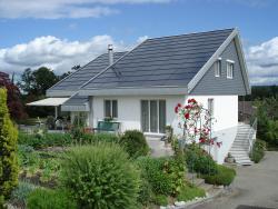 Die optimal integrierte Solaranlage fügt sich bestens ins Gesamtbild des Hauses ein.