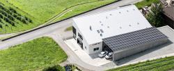 Aus der Vogelperspektive ist die PV-Anlage auf dem Lagerraum der Caotec – Haustechnik AG erkennbar.