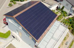 Die 30 kW starke PV-Anlage ist dach-, first-, seiten- und traufbündig integriert und erzeugt jährlich rund 30'000 kWh.