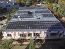 Façade sud avec panneaux solaires orientés sud, produisant 76'800 kWh/a.
