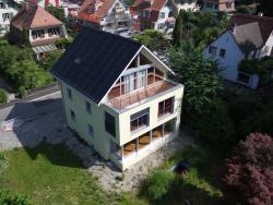 Die auf beiden Dachflächen perfekt installierte PV-Anlage von 116 m2 erzeugt jährlich 18'700 kWh und damit 165% mehr Energie, als der Haushalt benötigt.