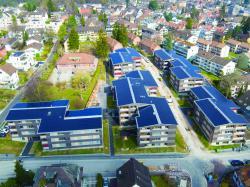 Gesamtansicht der ABZ-Wohnüberbauung in Zürich mit den 556 kW starken, ganzflächig optimal integrierten PV-Anlagen. Sie erzeugen jährlich 466'300 kWh. Mit dem Solarstrom-überschuss könnten 49 Elektrofahrzeuge je 12'000 km/a CO2-frei fahren.