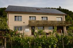 Gemäss bisherigen Daten produziert die Nordseite (36° Neigung) des sanierten EFH ein Drittel und die Süddachseite zwei Drittel des PV-Ertrags. Die 17.4 kW starke PV-Anlage erzeugt insgesamt 14'000 kWh pro Jahr.