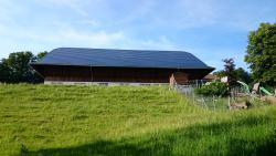 Die vollflächig integrierte Solaranlage auf dem Scheuendach des Schlossguts Meggenhorn
