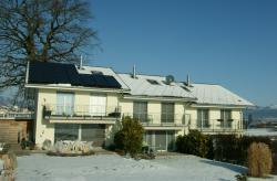 Insgesamt erzeugt die 57 m2 grosse Anlage jährlich 6'610 kWh/a Strom und 3'930 kWh/a Wärme.