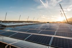 Dank der Ost-West-Ausrichtung erzeugt die Solaranlage fast 40% mehr Strom als nur mit nach Süden ausgerichteten Paneelen. Neben der PV-Fläche müssen 5-10% der Dachfläche für den Zutritt für eventuelle Reperaturen freigehalten werden.