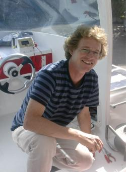 Stephan Leutenegger arbeitet an einem Solarboot.