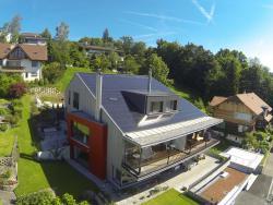 Anstelle des alten EFH in Steffisburg entstand ein PEB mit drei Wohnungen. Pro m2 Energiebezugsfläche sank der Gesamtenergiebedarf um den Faktor 10.
