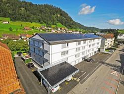 Die drei Mehrfamilienhäuser Alpstäg in Oberdiessbach erzeugen 48% mehr Energie als im Jahresdurchschnitt benötigt.