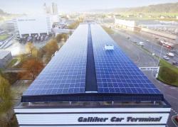 Die vorbildlich integrierte 606 kW starke PV-Anlage der Galliker Transport AG, hier aus der Vogelperspektive mit Blick auf die Stirnseite Nord, erzeugt jährlich 520'800 kWh.