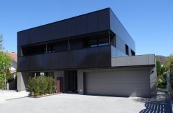 Die 18 kW starken Fassadenanlagen sind vorbildlich in das Gebäude integriert, generieren 98 kWh/m2a und bilden ein harmonisches Gesamtbild.