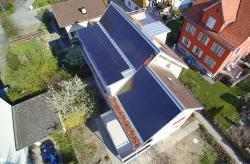 Die 90 m2 grosse PV-Anlage erzeugt jährlich 14'900 kWh.