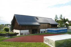 Die 564 m2 grosse und 91.8 kW starke PV-Anlage ist vorbildlich ganzflächig integriert. Sie erzeugt jährlich rund 76'500 kWh.