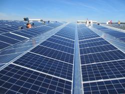 Die Anlage der ADEV Solar AG ist die grösste gebäudeintegrierte PV-Anlage der Schweiz.