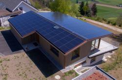 Der Wärmebedarf des 687%-PlusEnergieBaus wird zum grossen Teil durch die Besonnung der Gebäudefassade gedeckt.