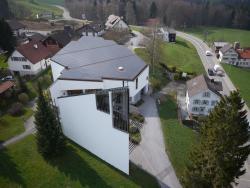 Die PV-Module sind trotz unkonventioneller Dachform vorbildlich integriert.