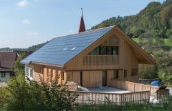 Die vorbildlich integrierte PV-Anlage ist gegen Süden ausgerichtet und erzeugt jährlich rund 26'300 kWh.