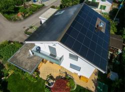 Die 15 kW starke PV-Anlage erzeugt jährlich rund 19'000 kWh.