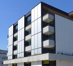 Neben der Aufstockung des Gebäudes sorgen die gute Wärmedämmung und neuste Technik für eine zukunftsorientierte Wohnweise und reduzieren den Gesamtenergiebedarf um 74%.