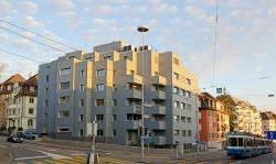 Die farbliche Verdeckung der PV-Fassadenanlage reduziert deren Ertrag um 39% oder 38'700 kWh/a (39.5 kWh/m2a) auf 60'600 kWh/a.