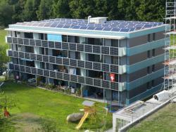 Die PV-Anlagen auf dem MFH Bischof in Ursy erzeugen insgesamt 42'500 kWh/a.