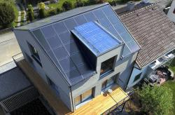 Die PV-Anlage erzeugt jährlich rund 10'800 kWh. Zusammen mit den von der thermischen Anlage erzeugten 1'800 kWh/a erreicht der Bau eine Eigenenergieversorgung von 176%.