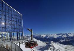 Die 10 kW starke, perfekt fassaden- und seitenbündig integrierte PV-Anlage aus 95 polykristallinen Solarmodulen an der Bergstation Piz Nair auf 3'150 m ü. M.