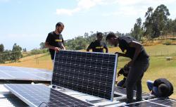 Studenten montieren PV-Module auf einem Dach in Äthiopien.