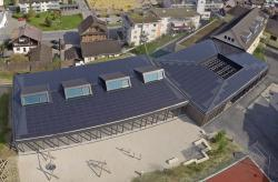 Die 135 kW starke PV-Anlage erzeugt jährlich rund 132'700 kWh/a und deckt 108% des Gesamtenergiebedarfs der Schule.