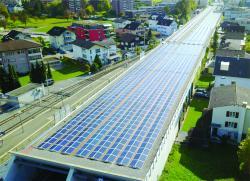Die 490 m lange Autobahnüberdachung dient nicht nur dem Lärmschutz, sondern auch der Produktion von  Solarstrom.