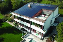 Die 15.1 kW starke PV-Anlage deckt zusammen mit der solarthermischen Anlage 80% des Gesamtenergiebedarfs.