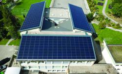 Die drei Ost-Süd-West Dächer des Oberstufenschulhauses Bodenmatt wurden 2017 ganzflächig mit einer 113 kW starken PV-Anlage ausgestattet.