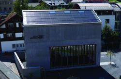 Holz-Lamellen schützen im Sommer vor der Hitze und nutzen im Winter passiv die Solarenergie