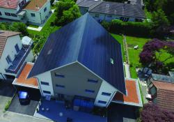 Die 33 kW starke PV Anlage ist ganzflächig in das Dach integriert