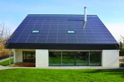 In die südliche Dachfläche integrierte PV-Anlage