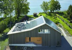Die gesamte Konstruktion besteht aus Schweizer Mondholz, ganz ohne Metall, Leim und chemische Baustoffe