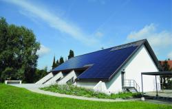 Seit 2017 wird der CO2-freie Gesamtenergiebedarf der PEB-Kirche zu 181% durch die ganzflächig integrierte PV-Dachanlage gedeckt