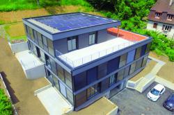 Die Sonnenkollektoren an der Südost- und Südwest-Fassade decken den Warmwasser und Heizbedarf