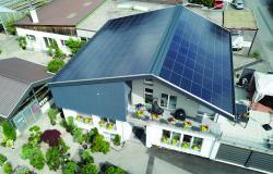 Das rahmenlose Glas-Laminat-Indachsystem wurde ganzflächig auf der Dachfläche integriert.