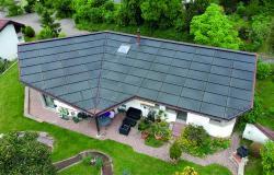 Ein rahmenloses Glas-Glas-Indachsystem wurde trotz der geknickten Form der Dachfläche ganzflächig integriert